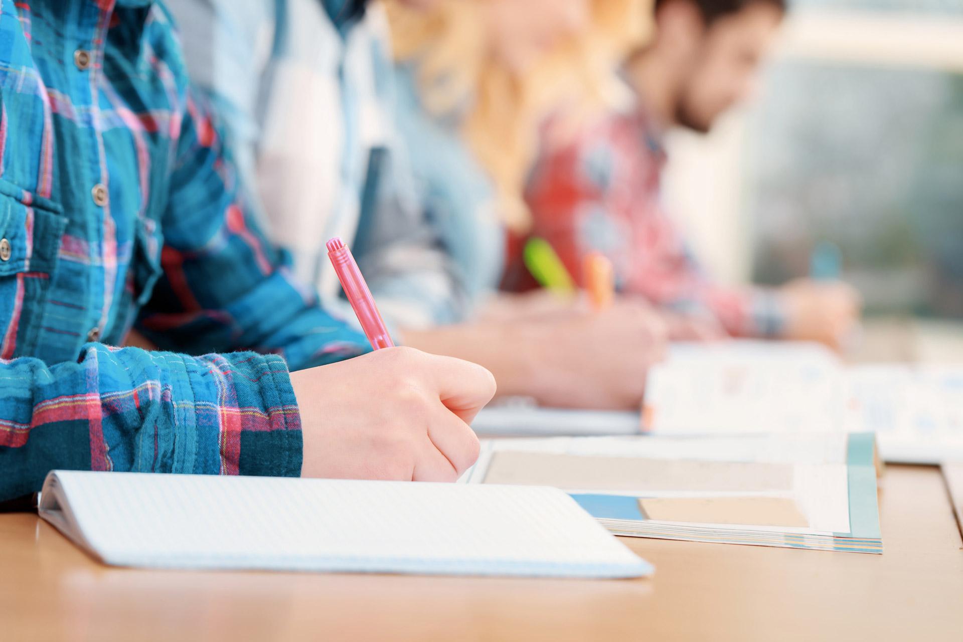 Séance d'examen pour des étudiants du supérieur