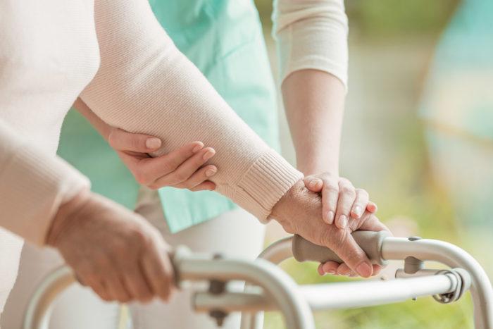 Déambulateur et aide soignant - Bourse santé par la Fondation Mauffrey